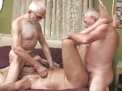 3 grandpa en la piscina