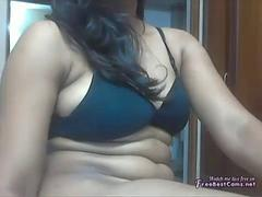 Chubby Indian girl shows her amazing body on the webcam