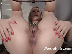 Gina Monelli has fun naked and plays with oil