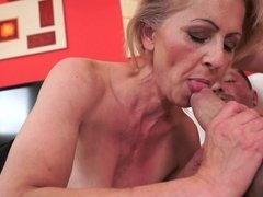Blonde, Sucer une bite, Faciale, Mamie, Masturbation