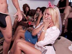 Любители, Блондинки, Минет, Смазливые, Группа, Вечеринка, На публике, Стриптиз