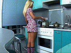 Blondine, Kleid, Europäisch, Fingern, Küche, Rasiert, Sich ausziehen, Jungendliche (18+)