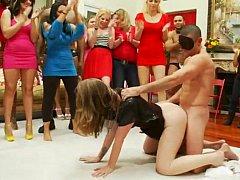 ブロンド, 着衣女と全裸男, クラブ, グループ, 人妻の, 淫乱熟女, パーティ, 恥ずかしがりや