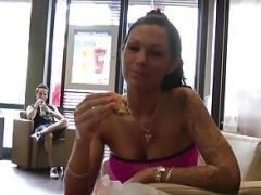 Zwei notgeile Teen chicks lassen sich von Fremden bei McD ficken