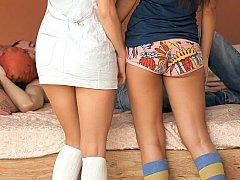 18 ans, Brunette brune, Mignonne, 2 femmes 1 homme, Groupe, Culottes ou slips, Élève, Adolescente