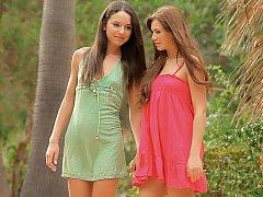 18 ans, Incroyable, Brunette brune, Mignonne, Robe, Lesbienne, Maigrichonne, Adolescente