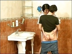 Guy fuck old dame on bathroom -who is she