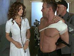 デカパイ, 医者, ヨーロピアン, イタリア人, 下着, 看護婦, ユニフォーム, スカートのぞき