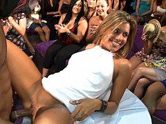 Брюнетки, Одетые девушки голые парни, В клубе, Танцы, Группа, Секс без цензуры, На публике, Стриптиз