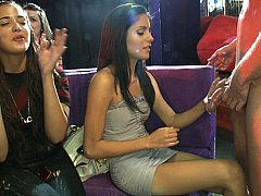 Sucer une bite, Brunette brune, Homme nu et filles habillées, Club, Mignonne, Groupe, Fille latino, Fête