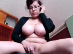 Boobalicious milf plays her pussy