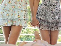 18 ans, Blonde, Sucer une bite, Brunette brune, Mignonne, Européenne, Maigrichonne, Plan cul à trois
