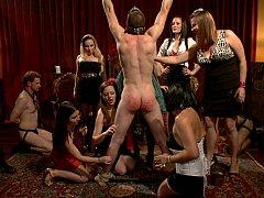 Брюнетки, Одетые девушки голые парни, Доминирование, Женщины, Женское доминирование, Группа