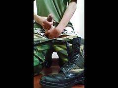 Soldat wichs auf Armystiefel