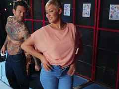 Cool mom Ryan Keely pounces on a hung tattoo artist