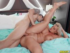 Thick ass Voluptuous porn star Julie Cash gets drilled in doggie style