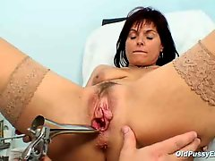Livie gyno milf twat speculum exam on gynochair