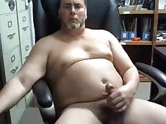 Stocky daddy horny at office 240220