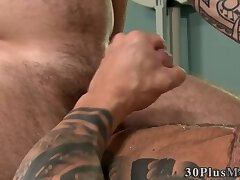 Muscled dude pounds butthole